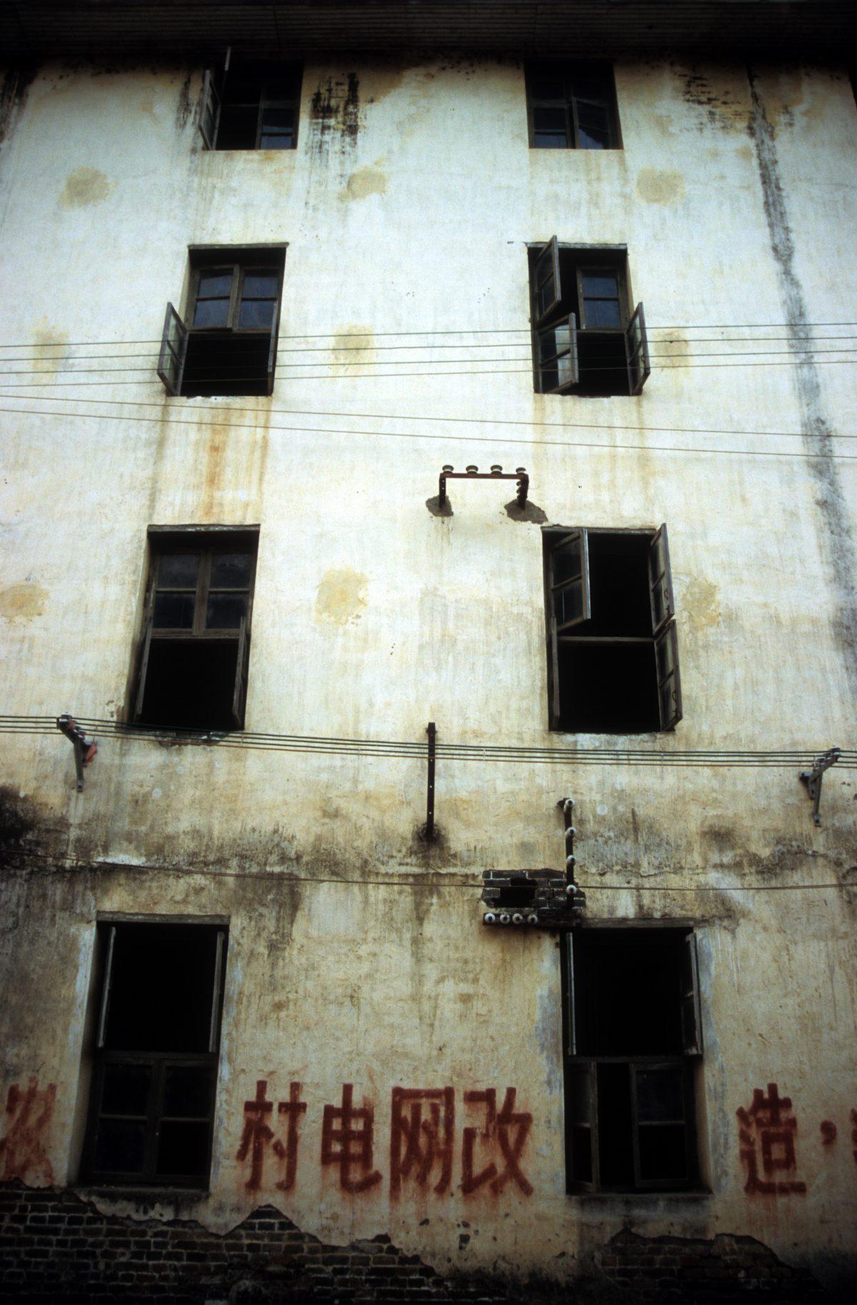 building, graffiti, decay