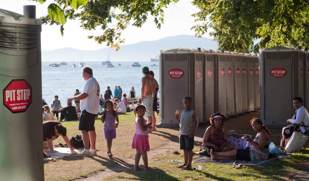 crowd, toilet, beach, sea